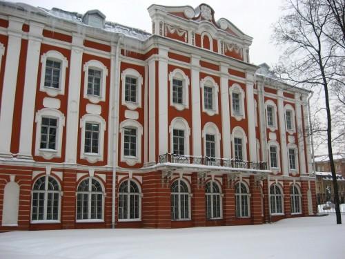 Здание Двенадцати коллегий в Петербурге (1722 г.) авторства всё того же Трезини, оказывается, не только имело 12 идентичных поставленных в ряд секций-члеников, 13-я, похоже, оказалась заброшена в далёкую Вологду! Фото: radimir-87