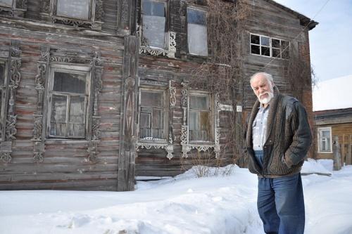Дом Шахова и Леонид Стариков встречают этот Новый год с надеждой. А мы продолжаем сбор средств, и заодно приглядываемся к оригинальной покраске дома — розовый фон с белыми наличниками (фото: «Красный Север»)