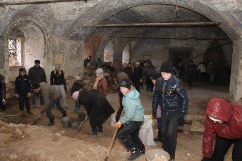 На субботник в Воскресенской церкви в Варницах пришли немыслимые для Вологды 70 человек
